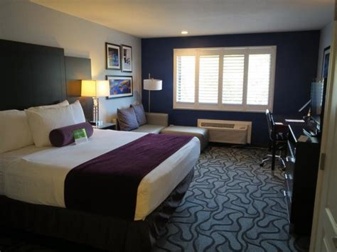 la quinta 2 bedroom suites room with king size bed picture of la quinta inn