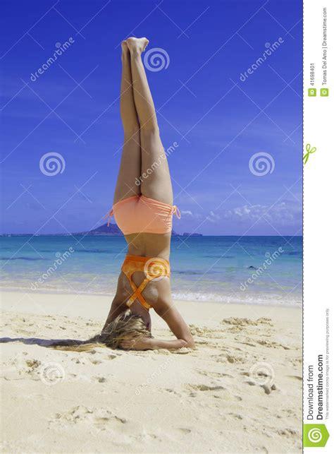 imagenes yoga en la playa muchacha rubia en el bikini que hace yoga en la playa foto