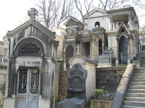 pere la chaise cemetery paris architecture france tomb on pere lachaise cemetery