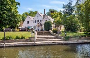 thames river property fancy living on your own private island in berkshire