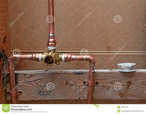 tubi doccia nuovi tubi di rame per la doccia fotografia stock