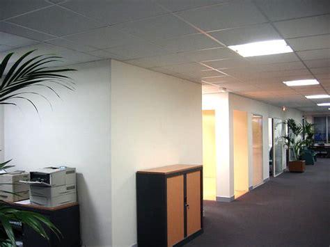 eclairage plafond bureau faux plafond bureau plaques pour faux plafond dalles