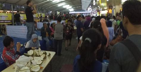Penjual Bibit Durian Merah Banyuwangi heboh festival durian jakarta disesaki maniak durian