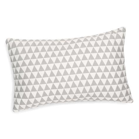 coussin 30 x 40 coussin motif triangles blanc gris 30 x 50 cm lena maisons du monde