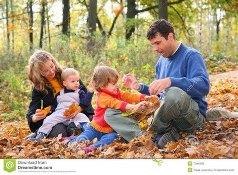 imagenes de invierno con personas familia de cuatro miembros en bosque en oto 241 o foto de