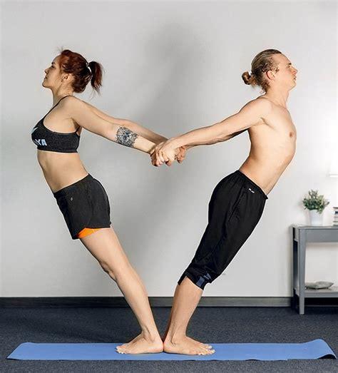 imágenes para hacer yoga 12 posturas de yoga para parejas que traen beneficios para