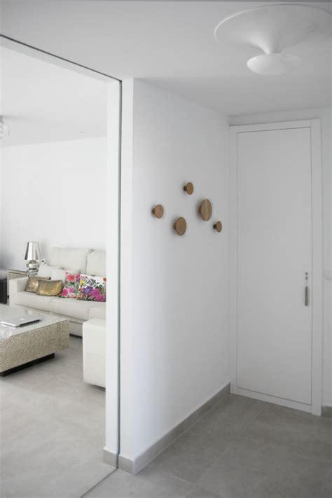 vestibulo de entrada a una vivienda una vivienda minimalista en tonos blancos ideas