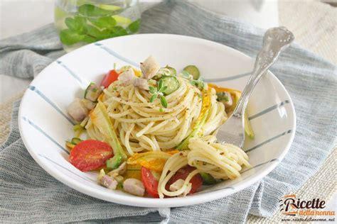 ricetta pasta e fiori di zucca pasta estiva con pesce spada fiori di zucca e bottarga