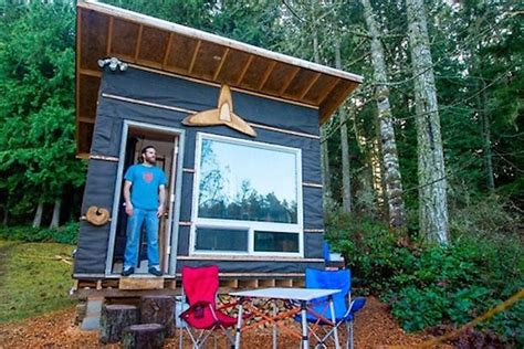 low cost tiny homes man builds low cost tiny home with recycled materials for