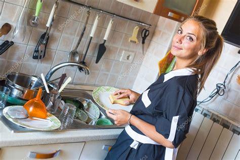 femme a la cuisine femme de m 233 nage laver la vaisselle dans la cuisine photo
