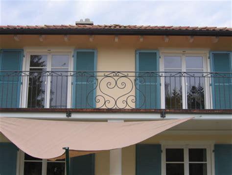 balkongeländer schmiedeeisen balkongel 228 nder mit zierband und mittigem element
