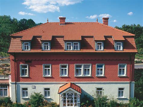 welche fassadenfarbe passt zu roten dachziegeln elegante eindeckungen f 252 r edle d 228 cher