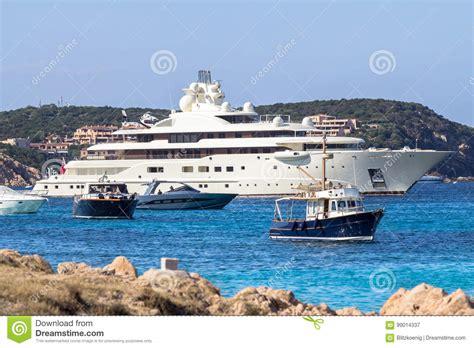 porto della sardegna gli yacht di lusso a oporto cervo abbaiano all isola della