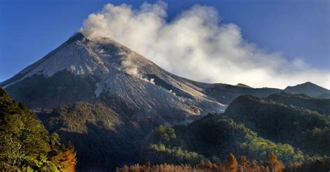 lima gunung paling angker di indonesia info seputar misteri gunung merapi sleman yogyakarta jawa tengah berita
