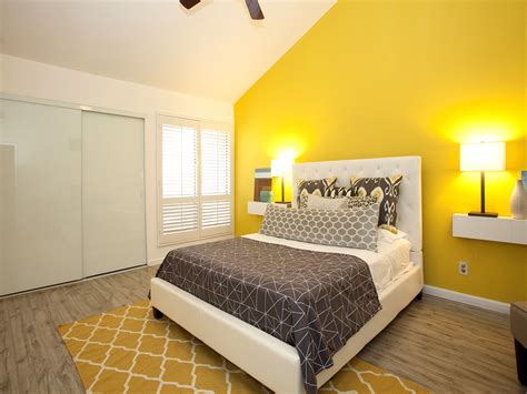 Yellow Walls In Bedroom by Modern Bedroom Decor In Comfortable Nuance 16733
