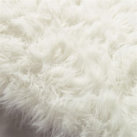 faux fur rugs white oumka faux fur rug in white 140 x 200cm maisons du monde