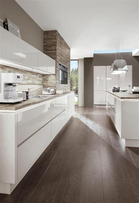 kitchen ideen kueche gestalten weiss hochglanz holzboden k 252 che