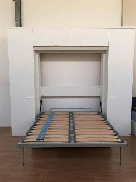 mobile da letto letto a scomparsa matrimoniale con divano e armadiatura
