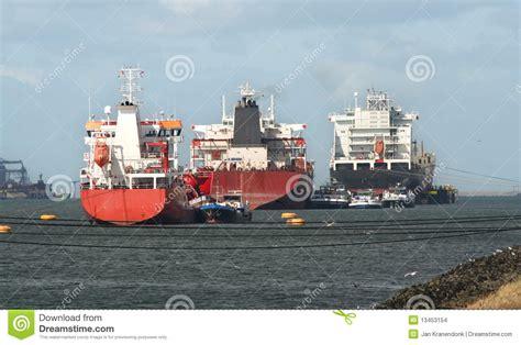 boten in rotterdamse haven schepen in de haven van rotterdam stock foto afbeelding