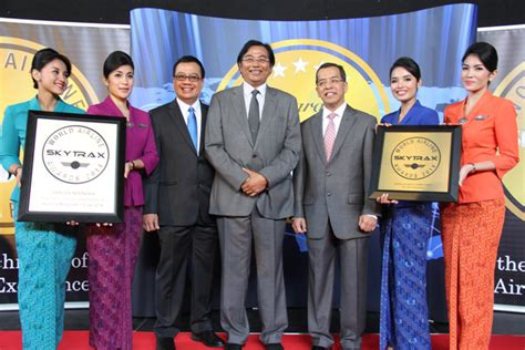 Cabin Staff by Garuda Indonesia Awarded The World S Best Cabin Staff By