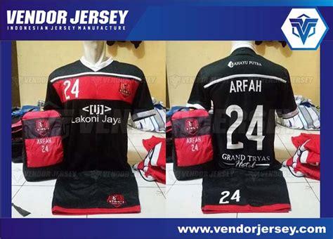 Bikin Nama Baju Bola membuat jersey bola futsal dengan memasang sponsor di bawah nomor punggung vendor jersey