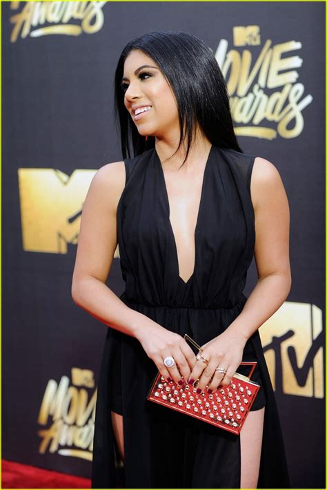 anna c dishes on her vibrant mtv movie awards dress anna kendrick joins pitch perfect 2 co stars for mtv