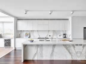 White Kitchen Island With Granite Top by Ten Una Elegante Cocina En Blanco Y Gris