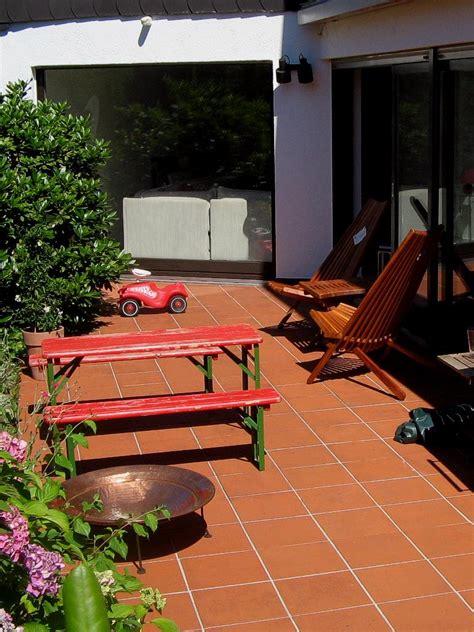 terrasse rustikal rustikale terrasse mit roten platten haufler baumschule