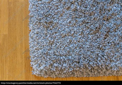 grauer teppich grauer teppich auf parkett lizenzfreies foto 7542772