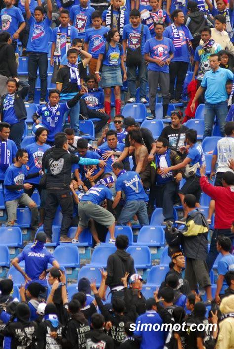 Kaos Persib Bandung Jawabarat foto memalukan duel massal suporter persib vs arema harusnya berdamai seperti viking dan