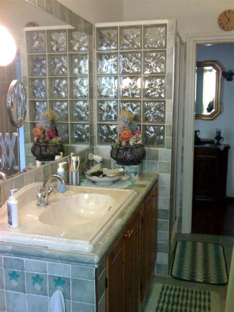 parete doccia vetrocemento bagno con lavandino in muratura e parete doccia in