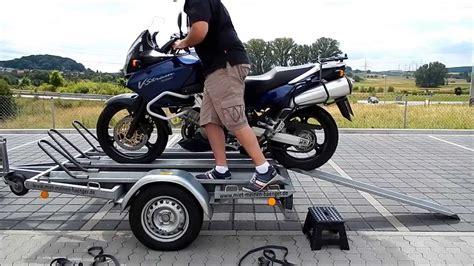 Motorradtransport Verzurren by Anleitung Motorrad Richtig Auf Motorradanh 228 Nger Verladen