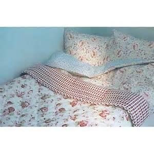 couvre lit fleuri