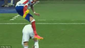 Hit The Floor In Spanish - sergio ramos appears to punch mario mandzukic in real madrid vs atletico madrid clash daily