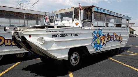 duck boat sinking video duck boat sinking in missouri leaves 17 dead youtube