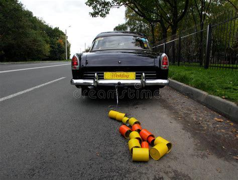 Auto Gl Nzend Machen by Hochzeitsauto Und Dosen Befestigt Lizenzfreie Stockfotos