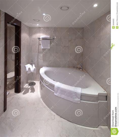 badezimmer mit eckbadewanne badezimmer mit eckbadewanne stockfoto bild 26583620
