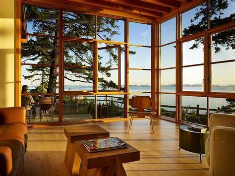 modern house with big open views trough glass wall magnifique maison en bois construite en hauteur vivons