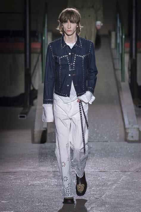Menswear Chic At Dries Noten Gets A Twist By Wearing The Necktie Like A Harness Its A Snap To Capture The Spirit Without Breaking The Bank Fashiontribes Fashion by Dries Noten Fall 2018 Menswear Instyle T 195 188 Rkiye