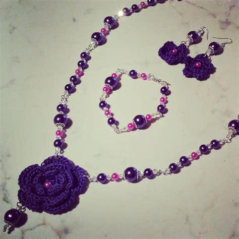 fiori fatti con perline collana orecchini e bracciale con fiori viola uncinetto e