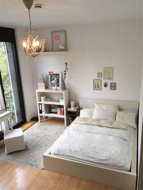 einrichtung schlafzimmer ideen lichtdurchflutetes schlafzimmer mit wei 223 em holzbett und