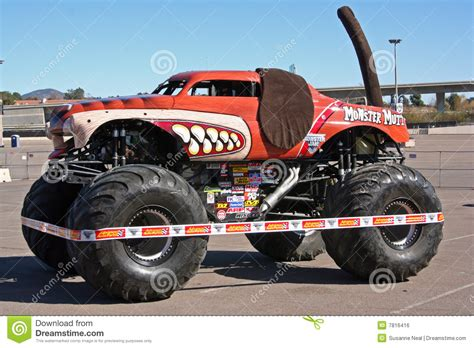 video de monster truck monster mutt truck editorial photo image 7816416