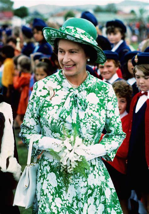 la garde robe elizabeth ii d 233 voile ses plus belles robes au