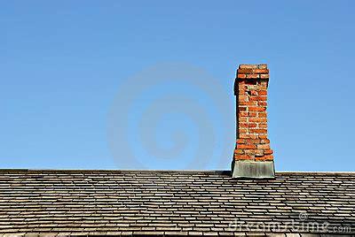camini tetto camino sul tetto immagini stock immagine 2211184