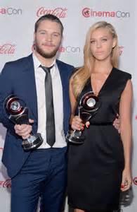 jack reynor y su novia nicola peltz 2014 cinemacon in las vegas 08 gotceleb
