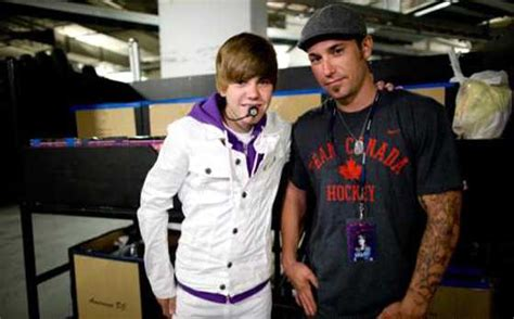 justin biebers dad visits with his famous son amid the photos justin bieber s father jeremy is our favorite pop