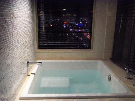 Bathtub Las Vegas Japanese Soaking Tub Overlooking The Bellagio Fountains