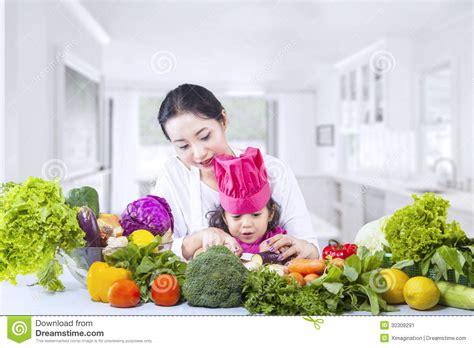 mama caliente mama ensea a su hija de 12 aos como la madre asi 225 tica ense 241 a al cocinero de la hija en casa