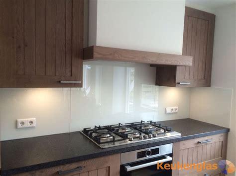 achterwand tegels keuken witte glazen keuken achterwand gecombineerd met hout