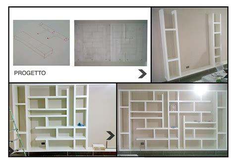 costruire una libreria a muro una maxi libreria fatta di mensole orizzontali e